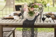 černá krajka na stůl