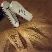otisk nápisu Just married v písku