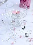 Dekorační diamanty poházené na stole
