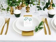 Jmenovka se zelenými lístečky na stole