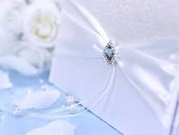 Detail na svatební knihu hostů s bílou stuhou