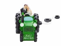 Traktor s novomanželi zepředu