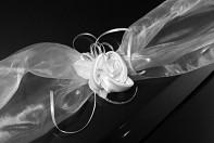 detail bílého saténového květu na šerpě