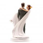 ženich nesoucí nevěstu přes práh