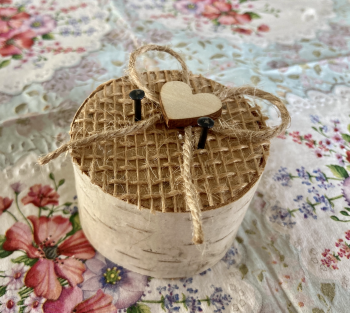 Březový špalíček na prstýnky s mašličkou a jutou