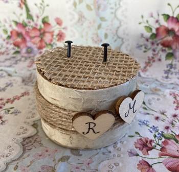 Březový špalíček na prstýnky s provázkem a srdíčky