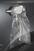 Svatební mašle na auto bílé zdobené saténový květ 2 ks