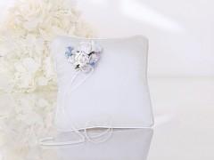 Polštářek pod prstýnky ivory a modré kvítky