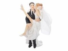 Svatební figurka Ženich držící rozjařele nevěstu v náruči