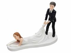 Svatební figurka Ženich táhne nevěstu za nohu