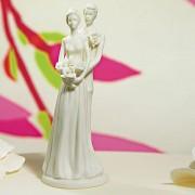 Bílá porcelánová svatební figurka Objímající se pár