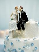 Svatební figurka Novomanželé sedící na dortu