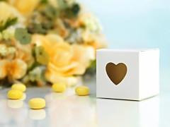 Krabička na svatební mandle bílá se srdíčkem 10 ks