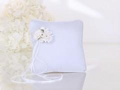 Polštářek pod prstýnky bílý s kvítky a stuhou