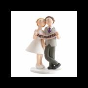 Nevěsta a ženich držící nápis Just married - svatební figurky
