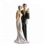 Nevěsta a ženich ukazující prsteny  - svatební figurky