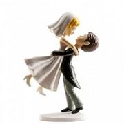 Ženich držící nevěstu v náručí - svatební figurky