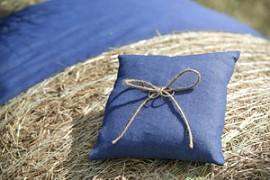 Polštářek pod prstýnky tmavě modrý s jutou