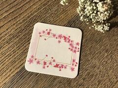 Nápojový tácek jmenovka s růžovými kvítky