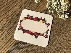 Nápojový tácek jmenovka s bordovými květy