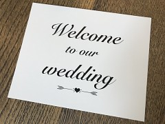 Cedulka Welcome to our wedding s šípy a srdíčkem