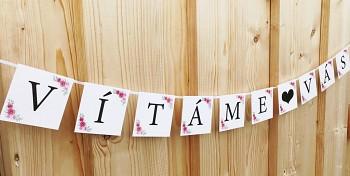 Girlanda VÍTÁME♥VÁS bílá s růžičkami