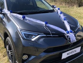 Šerpa na svatební auto bílá s královsky modrými kvítky