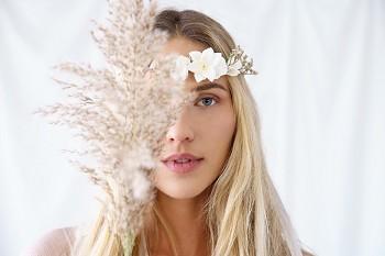 Boho květinový věneček bílý